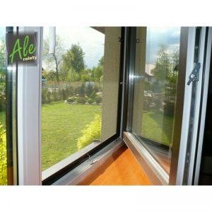 Moskitiera w oknie uchylonym