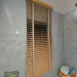 Żaluzje drewniane - łazienka_2